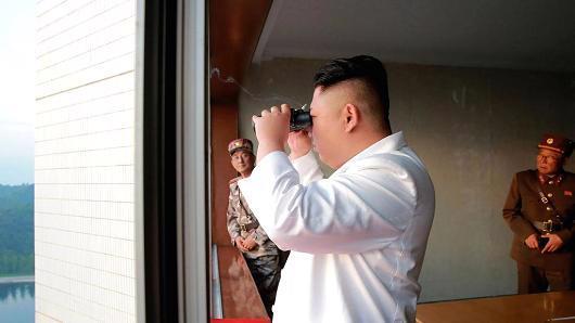 Nhà lãnh đạo Triều Tiên Kim Jong Un đang thị sát một vụ phóng tên lửa - Ảnh: KCNA/CNBC.<br>