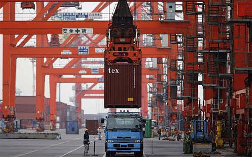 Xếp dỡ container hàng hóa tại một cảng biển ở Tokyo, Nhật Bản.<br>
