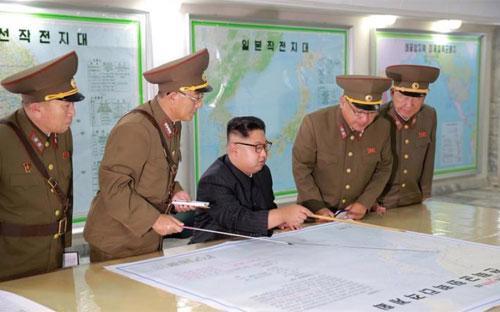 Nhà lãnh đạo Triều Tiên Kim Jong Un bên các tướng lĩnh nước này - Ảnh: KCNA/Reuters.<br>