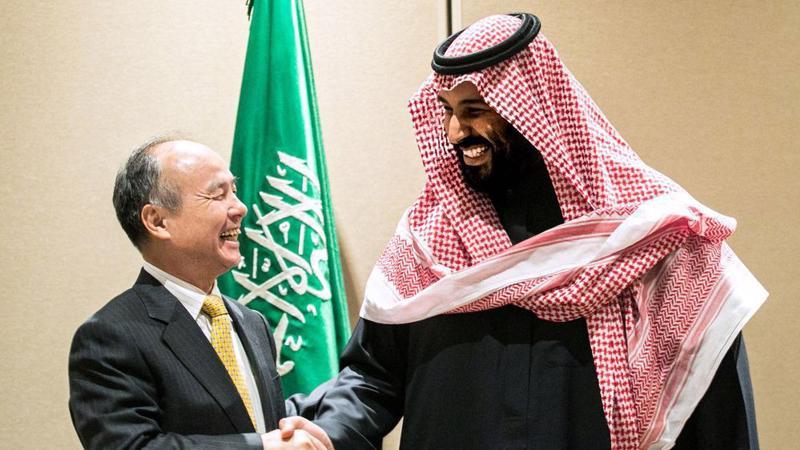 Masayoshi Son (trái) và Mohammed bin Salman trong cuộc gặp tại New York vào năm 2017 - Ảnh: Bloomberg.