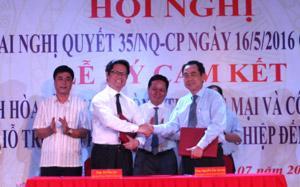 Ủy ban nhân dân tỉnh Hoà Bình và Phòng Thương mại và Công nghiệp Việt Nam ký cam kết về việc tạo lập môi trường kinh doanh thuận lợi cho các doanh nghiệp.