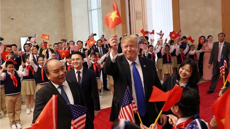 Thủ tướng Nguyễn Xuân Phúc tiếp Tổng thống Mỹ Donald Trump tại Văn phòng Chính phủ ngày 27/2/2019 - Ảnh: Reuters