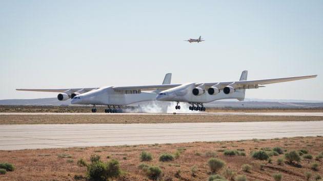 Stratolaunch hạ cánh xuống Cảng Hàng không và Vũ trụ Mojave ở bang California (Mỹ) sau chuyến bay thử đầu tiên ngày 13/4/2019 - Ảnh: Stratolaunch.