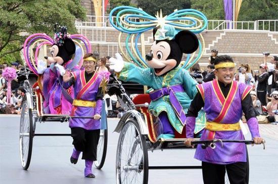 Một hoạt cảnh tại Disneyland Tokyo, Nhật Bản. Disney vẫn thường bị chỉ trích là có ảnh hưởng quá mạnh về mặt văn hóa ở những nơi họ đặt chân tới - Ảnh: Getty Images.