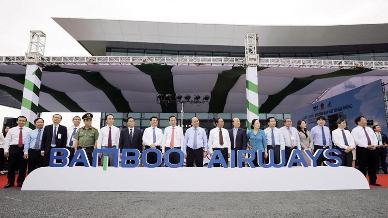 Thủ tướng Chính phủ Nguyễn Xuân Phúc, đại diện lãnh đạo UBND thành phố Hải Phòng, Tập đoàn FLC và Hãng hàng không Bamboo Airways tại lễ khai trương 3 đường bay từ Hải Phòng đi Quy Nhơn, Tp.HCM, Cần Thơ.