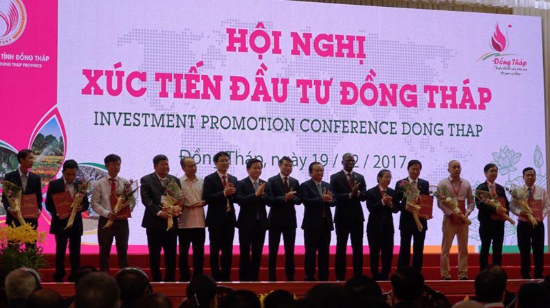 Ông Fung Kai Jin, Phó Tổng giám đốc VPBank cùng lãnh đạo các ngân hàng trao thỏa thuận vay vốn cho các doanh nghiệp.