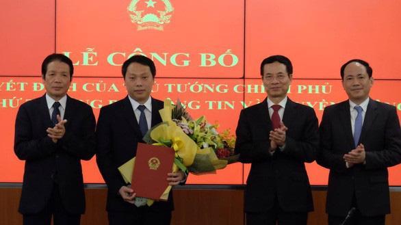 Ông Nguyễn Huy Dũng (thứ hai từ trái qua) nhận Quyết định bổ nhiệm Thứ trưởng Bộ Thông tin và Truyền thông chiều ngày 17/11.