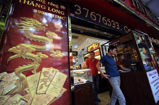 Giá vàng trong nước giảm mạnh trong phiên giao dịch sáng nay, thị trường ngoại tệ cũng đảo chiều.