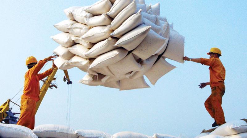 Nguyên nhân các doanh nghiệp Việt Nam bỏ giá cao hơn các doanh nghiệp Thái Lan là vì, tại thời điểm ngày 22/5, giá gạo Việt Nam loại 5% tấm là 460 USD/tấn, loại 25% tấm là 445 USD/tấn.