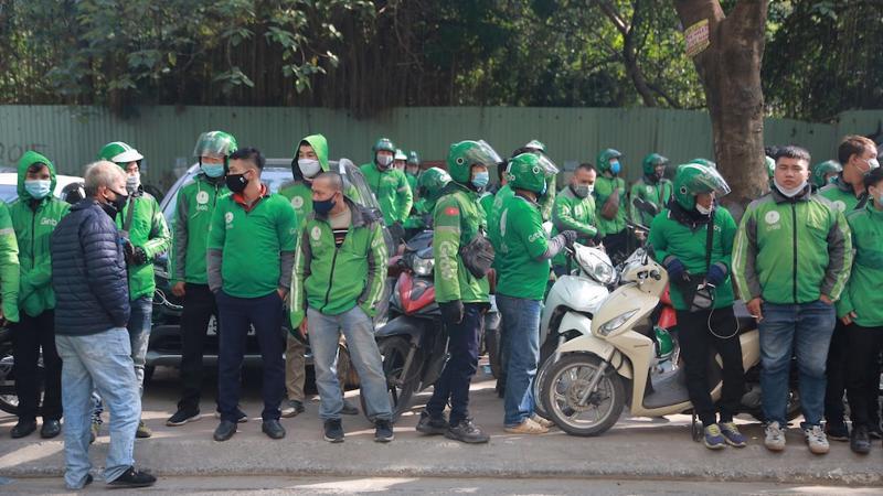 Hàng trăm tài xế Grab tập trung trước trụ sở của Grab tại ngõ 78 phố Duy Tân sáng 7/12 để phản đối mức khấu trừ mới mà hãng này áp dụng.