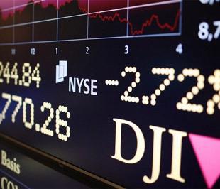 Sau phiên này, chỉ số Dow Jones đã giảm 0,39% và chỉ số S&P 500 tăng 0,72% so với cuối năm 2008.- Ảnh: Reuters.