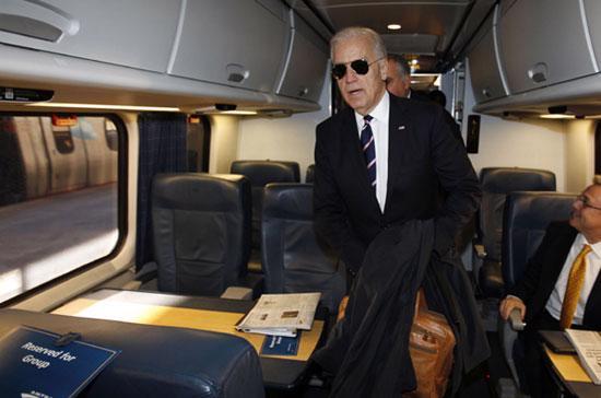 Phó tổng thống Mỹ trên chuyến tàu cao tốc của Amtrak - Ảnh: Reuters.