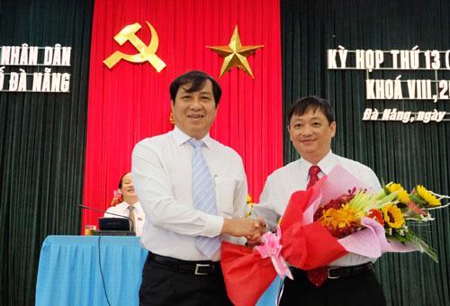 Ông Đặng Việt Dũng (phải) từng giữ nhiều vị trí lãnh đạo chủ chốt của sở, ngành, quận và thành phố Đà Nẵng.<br>