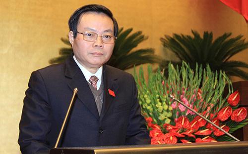 Chủ nhiệm Ủy ban Tài chính - Ngân sách Phùng Quốc Hiển trình bày báo cáo thẩm tra dự án luật.<br>