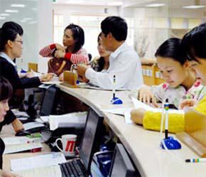Nhà đầu tư tìm hiểu dịch vụ tại Công ty Chứng khoán FPTS.