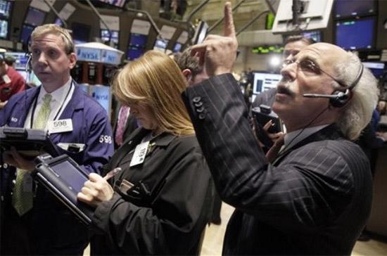 Mặc dù thị trường tăng điểm nhưng thanh khoản đã co lại khi khối lượng giao dịch trên sàn New York đã xuống dưới 1 tỷ cổ phiếu - Ảnh: AP.
