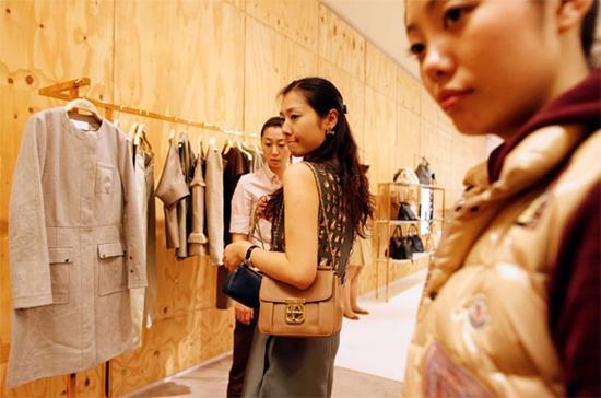Mua sắm hàng hiệu là một trong những xu hướng tiêu dùng đang nổi ở Trung Quốc - Ảnh: CNBC.