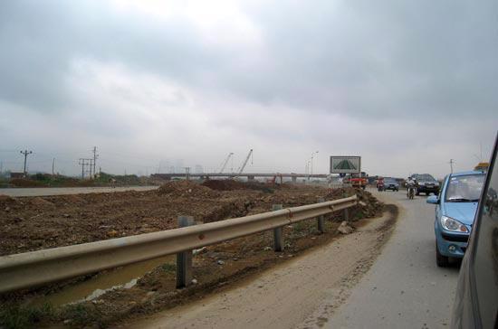 Dù chỉ dài chưa đầy 30 km, nhưng sau 10 năm thi công, đến nay đường Láng - Hòa Lạc vẫn chưa hoàn thành - Ảnh: Bảo Anh.