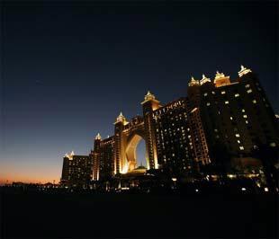 Cảnh hoàng hôn tại Khách sạn Atlantis, trên hòn đảo nhân tạo Palm Island, Dubai - Ảnh: Reuters.