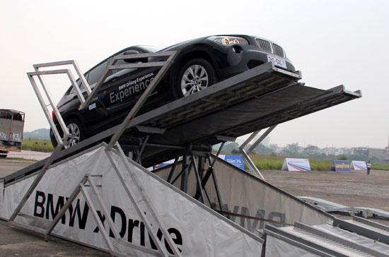 Khách hàng BMW sẽ có cơ hội kiểm nghiệm tác dụng của hệ truyền động 4 bánh X-Drive trên hệ thống thử nghiệm thủy lực X-ramp của BMW - Ảnh: Đức Thọ.