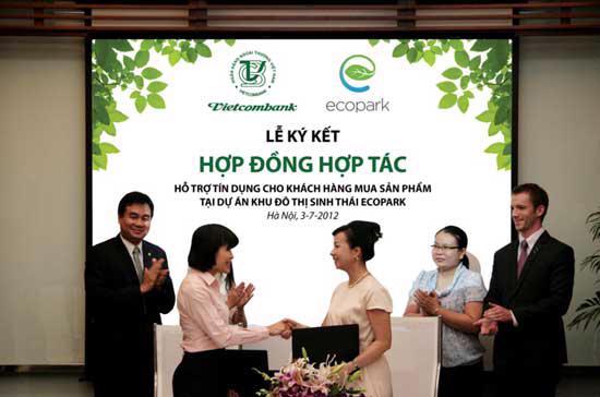 Bà Đặng Thị Ngọc Bích, Phó Tổng giám đốc Vihajico (bên phải) và bà Phạm Thúy Nga, Giám đốc Chính sách sản phẩm bán lẻ Vietcombank ký hợp đồng hợp tác.