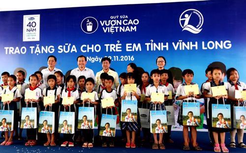 <div>Các đại biểu trao tặng sữa cho các em học sinh trường tiểu học Hoà Bình A, xã Hoà Bình, Huyện Trà Ôn, tỉnh Vĩnh Long trong chương trình Quỹ sữa Vươn cao Việt Nam tại Vĩnh Long.</div>