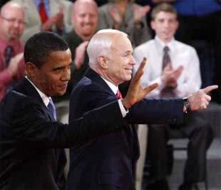 Ông Obama và McCain trước khi bước vào một cuộc tranh luận - Ảnh: Reuters.