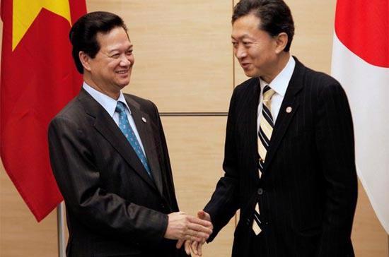 Thủ tướng Chính phủ Nguyễn Tấn Dũng và Thủ tướng Nhật Hatoyama Yukio trong một cuộc gặp tại Tokyo, ngày 7/11/2009 - Ảnh: Reuters.