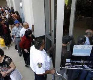 Khách hàng của IndyMac xếp hàng ngoài ngân hàng này chờ rút tiền sau khi IndyMac bị FDIC trưng thu hôm 11/7 - Ảnh: Reuters.