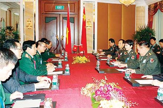 Bộ trưởng Quốc phòng, Đại tướng Phùng Quang Thanh cùng đoàn đại biểu Việt Nam (trái) thảo luận với phái đoàn Trung Quốc - Ảnh: Đặng Trung Bảo/Thanh Niên.