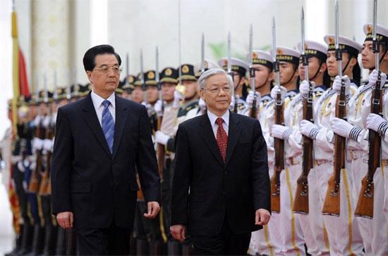 Tổng bí thư Nguyễn Phú Trọng và Tổng bí thư, Chủ tịch nước Hồ Cẩm Đào duyệt đội danh dự quân đội Trung Quốc - Ảnh: Xinhua.