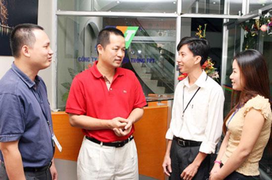 Ông Trương Đình Anh (áo đỏ) và các nhân viên tại FPT.