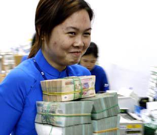 Lãi suất huy động cần thiết phải được duy trì ở mức lớn hơn tỷ lệ lạm phát để người gửi tiền có lãi thực. Tuy nhiên hiểu thể nào là lãi suất thực dương là vấn đề cần phải bàn - Ảnh: Việt Tuấn.