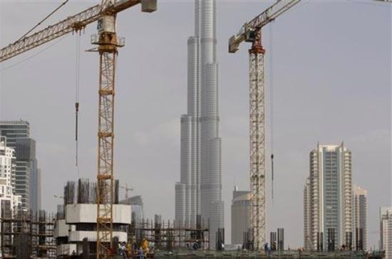 Công nhân đang xây dựng công trình bên cạnh tòa nhà cao nhất thế giới Burj Dubai, tại Dubai, Các tiểu vương quốc Arab thống nhất (UAE) Ảnh: AP.