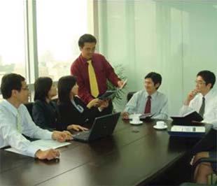 Lê Quốc Duy (đứng) cùng các cộng sự trong Công ty SCS Việt Nam - Ảnh: Văn Hóa.