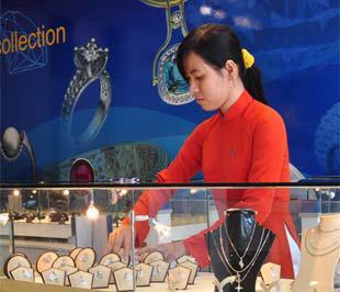 Một nhân viên tại cửa hàng nữ trang cao cấp SBJ.