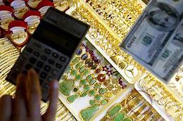 Lực mua vàng miếng yếu do tâm lý thận trọng của giới đầu tư đang khiến giá vàng trong nước thấp hơn giá vàng thế giới quy đổi.