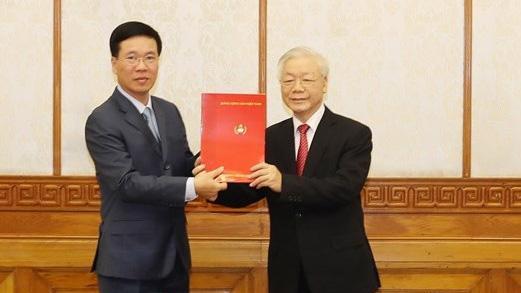 Tổng bí thư, Chủ tịch nước Nguyễn Phú Trọng trao quyết định cho ông Võ Văn Thưởng.