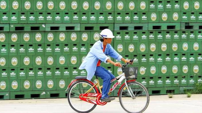 Công nhân trong một nhà máy của ThaiBev ở Thái Lan - Ảnh: Bloomberg/FT.