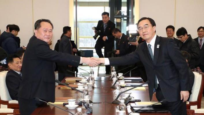 Hai trưởng đoàn đàm phán Triều Tiên và Hàn Quốc tại cuộc đàm phán ở làng đình chiến Panmunjom ngày 9/1 - Ảnh: Reuters.