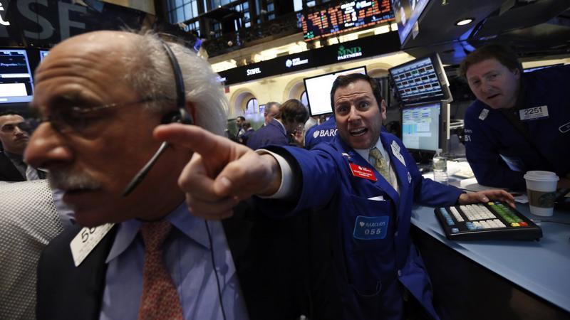 Các nhà giao dịch làm việc trên thị trường chứng khoán Mỹ - Ảnh: Reuters.
