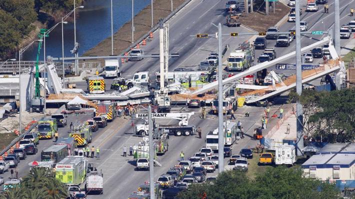 Hiện trường vụ sập cầu đi bộ ngày 15/3 ở Florida, Mỹ - Ảnh: Reuters.