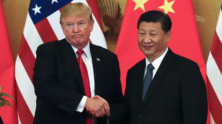 Tổng thống Mỹ Donald Trump (trái) và Chủ tịch Trung Quốc Tập Cận Bình trong chuyến thăm Bắc Kinh của ông Trump vào tháng 11/2017 - Ảnh: AP.