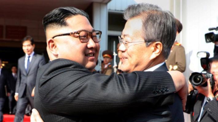Nhà lãnh đạo Triều Tiên Kim Jong Un (trái) và Tổng thống Hàn Quốc Moon Jae-in lúc chia tay sau cuộc gặp ở Bàn Môn Điếm ngày 26/5 - Ảnh: Nhà Xanh/Reuters.