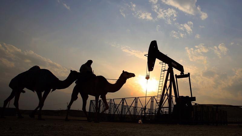 So với mức đỉnh thiết lập hồi tháng 5, giá dầu thô hiện đã giảm hơn 10%, chủ yếu do Saudi Arabia và Nga tính nâng sản lượng dầu.