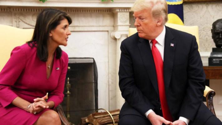 Bà Nikki Haley (trái) và Tổng thống Donald Trump tại Phòng Bầu dục, Nhà Trắng, ngày 9/10 - Ảnh: Reuters.