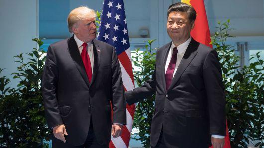Tổng thống Mỹ Donald Trump (trái) và Chủ tịch Trung Quốc Tập Cận Bình tại hội nghị thượng đỉnh G20 ở Hamburg, Đức, tháng 7/2017 - Ảnh: Getty/CNBC.