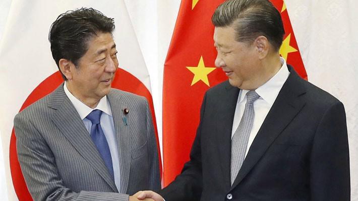 Thủ tướng Nhật Bản Shinzo Abe (trái) và Chủ tịch Trung Quốc Tập Cận Bình trong một cuộc gặp năm 2018 - Ảnh: Jiji/Bloomberg.