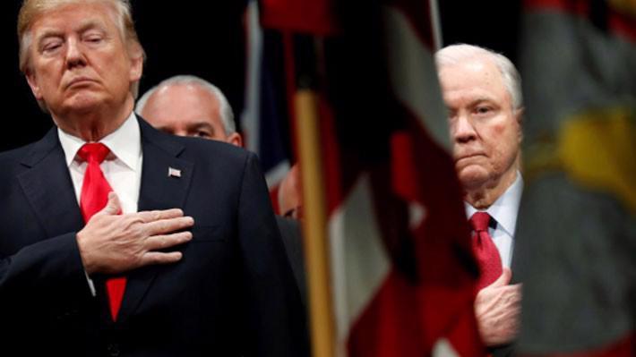 Tổng thống Donald Trump (trái) và Bộ trưởng Bộ Tư pháp Jeff Sessions trong lễ chào cờ tại một sự kiện ở Virginia, Mỹ vào tháng 12/2017 - Ảnh: Reuters.