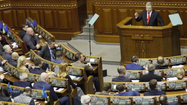 Tổng thống Ukraine Petro Poroshenko phát biểu trước Quốc hội ở Kiev ngày 26/11 - Ảnh: Reuters.